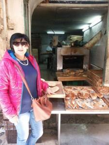 Nunzia Larocca davanti a un forno di Betlemme