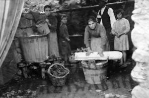 Tutta-lafamiglia-partecipa-al-lavaggio-dei-panni