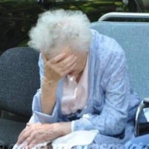 Un'anziana evacuata dall'ospedale di Santa Sofia (Foto Frasca)