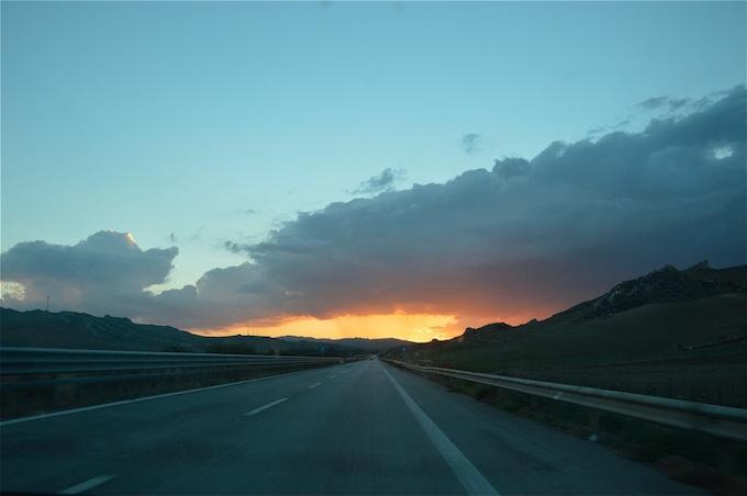 autostrada e tramonto